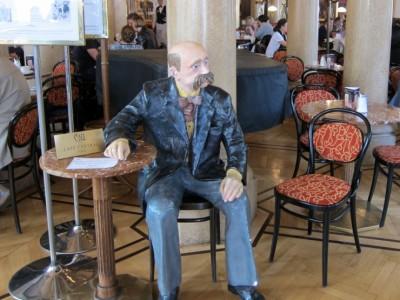"""Поэт Петер Альтенберг так до сих пор с начала прошлого века и сидит за столиком в кафе """"Централь""""."""
