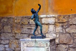 Выразительные скульптуры в парке.