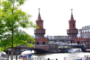 Этот милый мостик теперь соединяет бывший восточный Берлин с бывшим западным, и странно думать, что свободолюбивые мальчики платили жизнью за попытку переплыть эту маленькую речку.